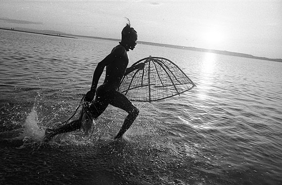 Running Turkana Fisherman, 1967/68MR84, Gelatin Silver PrintEdition 1/15, 50 x 60 cm© Mirella Ricciardi, Courtesy Bernheimer Fine Art Photography