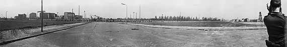 """©BArch, DVH 60 Bild-GR 35-08-65 bis 73 und BArch,DVH 60 Bild-GR 33-09-01 bis 03, o. Ang.;Rekonstruktion und Interpretation Arwed Messmer Bildunterschrift """"Aus anderer Sicht. Die frühe Berliner Mauer"""": [Potsdamer Platz / Voßstraße, 12.36 Uhr] """"Kommt doch rüber, wir haben schöne Frauen für euch. Einen Wagen bekommt ihr auch. Ob nun jetzt oder später, wir kriegen euch sowieso!"""""""