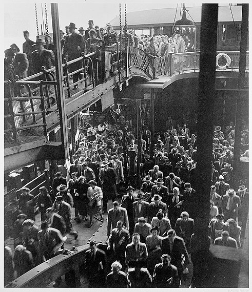 Andreas Feininger, Passagiere beim Verlassen der Staten Island Fähre an der Battery, New York, ca. 1940© AndreasFeiningerArchive.com, c/o Zeppelin Museum Friedrichshafen