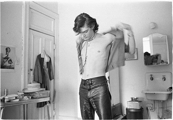 JUDY LINN, Robert gets dressed at the Chelsea, 1970, silver gelatin printCourtesy: the artist/ WTC Hamburg and Feature Inc. New York