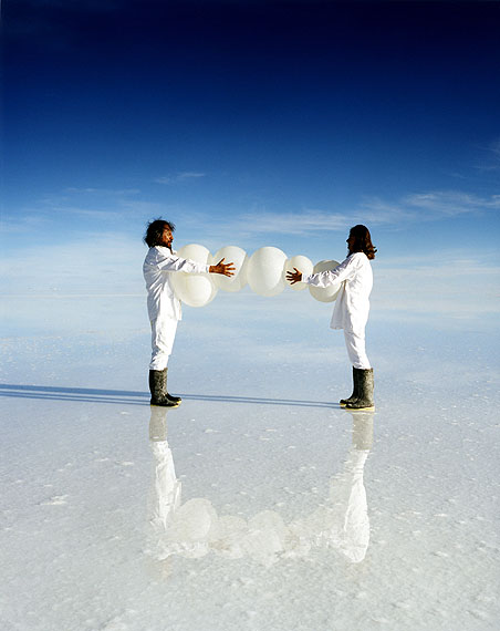 Balloon Line Bolivia 2007(performance with Gastón Ugalde)© Scarlett Hooft Graafland