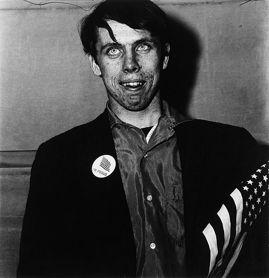 Diane Arbus Patriotic young man with a flag, N.Y.C. 1967 Gelatin silver print, printed ca. 1970 on Agfa paper by Neil Selkirk 15 x 14.6 in, sheet 19.8 x 15.9 in. Lot 21 /Estimate 18.000 EUR