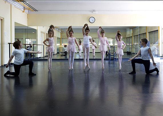 Bailarinas, from the series Caín y las hijas de Eva, 2008, c-print, 50 x 70 cm © Cristina Lúcas