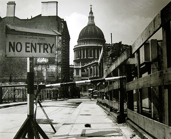 Wolfgang Suschitzky, St Pauls, 1944© Wolfgang Suschitzky / Courtesy The Photographers' Gallery, London
