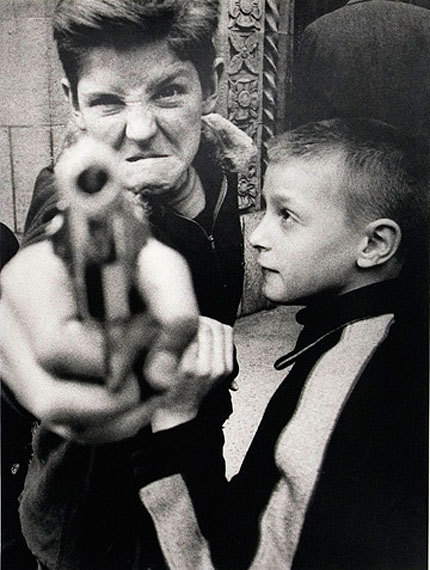 Lot 756 - William Klein (né en 1928) - Gun I, New York 1955Estimation : 4 500 / 5 500 €
