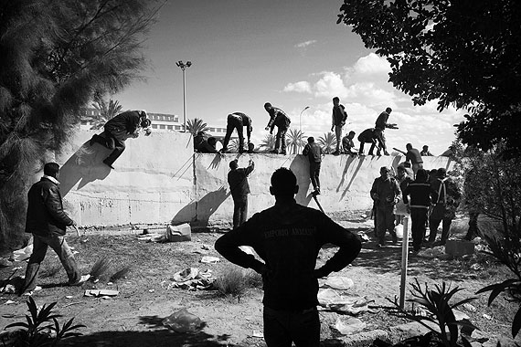 Tunisian, Egyptian and other nationals flee Libya during fighting between rebels and pro Qaddafi forces and arrive at the border crossing in Ras Jedir near Ben Gardenne, Tunisia 2011.© Paolo Pellegrin / Magnum Photos