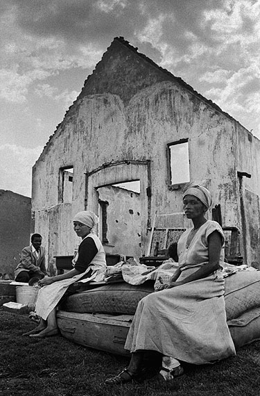 © Jürgen Schadeberg, Waiting for the Truck, Sophiatown, 1959