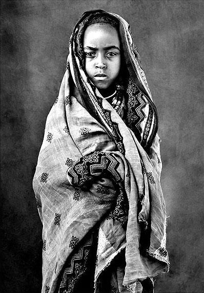Mädchen mit Tunica, März, 2011, Äthiopien,140 x 110 cm, Archival Pigment Abzug, Edition 5 + 3 AP.