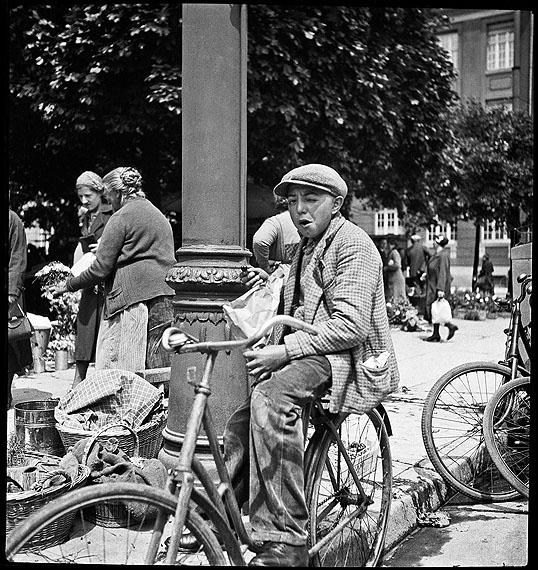Karl HubbuchBoy with bicycle, approx. 1930Münchner Stadtmuseum© Karl Hubbuch Foundation, Freiburg