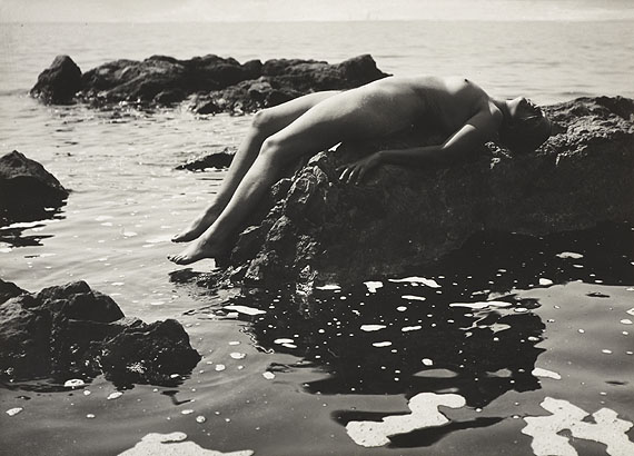 Rudolf Koppitz (1884–1936) Akt am Meer / Nude at the seaside (Anna Koppitz)1923Vintage silver print16,4 x 22,8 cm (6.5 x 9 in)Photographer's blindstamp in the image lower right, Photographer's »Prof. Rudolf Koppitz, Photo-Werkstätte, Wien, V. Zeinlhoferg. 8« stamp on the reverse, annotated in an unidentified hand in pencil on the reverse€ 3,000 / € 5,000–7,000