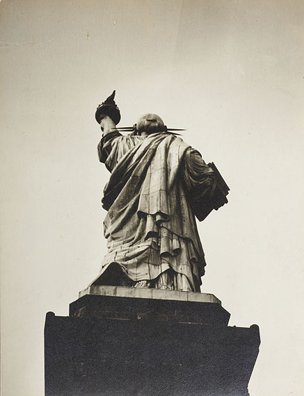 Berenice Abbott (1898–1991) Freiheitsstatue / Statue of LibertyNew York c. 1932Vintage silver print, mounted on original cardboard24,5 x 18,9 cm (9.6 x 7.4 in)Photographer's »Photo Berenice Abbott, 1 W 67th ST., N.Y.C.« studio stamp on the reverse, diverse annotations by Abbott in pencil on the reverse€ 6,000 / € 10,000–12,000