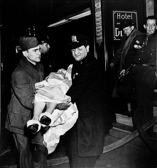 © WEEGEE/ICP, um 1940Unfall im Hotel St. Denis