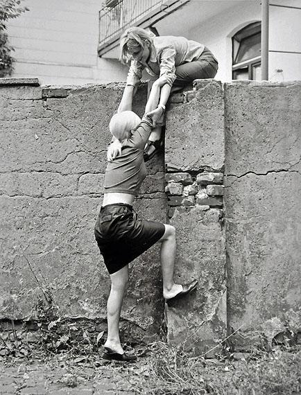 Daniela Steinfeld, Linn Lühn, Daniela Steinfeld, 1999Einladung zu Fischer´s frische Fische, Konrad Fischer Galerie, Düsseldorf, 1999Silbergelatineabzug, Sammlung Gaby und Wilhelm Schürmann, Herzogenrath© VG Bild-Kunst, Bonn 2011