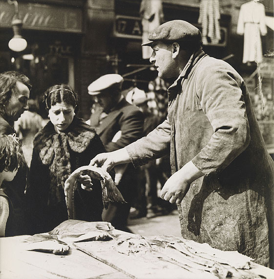 László Moholy-Nagy, Pick me out two soft roes (Fishmarket, Brixton), 1935/36