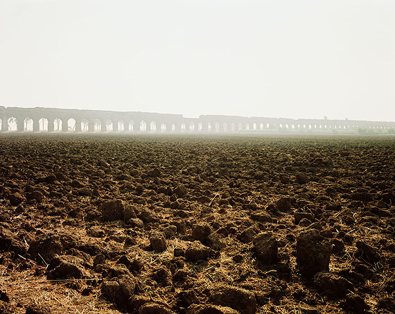 Joel SternfeldA deep-tilled field with the Claudian Aqueduct in the distance, Appio Claudio, September 1990Digital c-print, ed. 768,5 x 86,3 cm;  27 x 34 inCourtesy Buchmann Galerie Berlin, Luhring Augustine New York and the artist