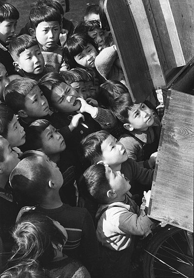 Ken Domon, Children looking at a picture-card show / Kinder sehen sich ein Papiertheater an. Tokyo 1953. © Ken Domon Museum of Photography