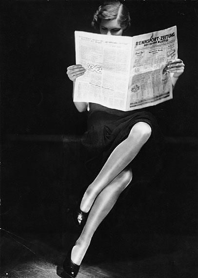 YvaUNTITLED (LADY READING NEWSPAPER). Ca. 1932Vintage. Gelatin silver print (23,8 x 17,1 cm)