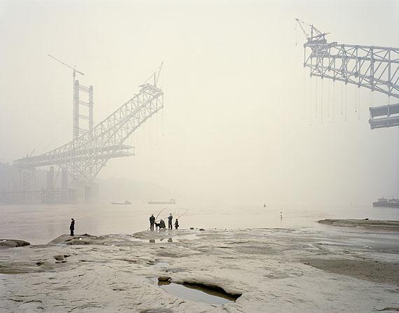 "© Nadav Kander, Chongqing VI, Chongqing Municipality aus der Serie ""Yangtze - The Long River"", 2006Courtesy Darmstädter Tage der Fotografie"
