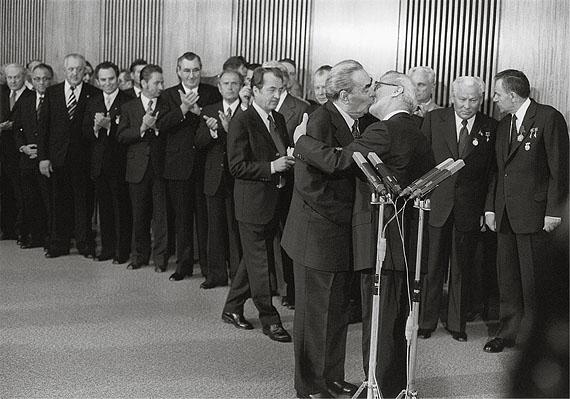 Bruderkuss Leonid Breschnew und Erich Honecker, 30. Jahrestag der DDR, Ost-Berlin, 1979© Barbara Klemm
