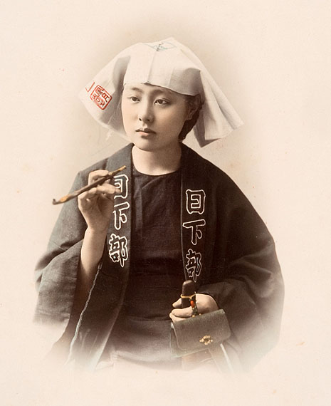 Junge Frau mit PfeifeStudioaufnahme, Kusakabe Kimbei, 1880er Jahre© Reiss-Engelhorn-Museen / Forum Internationale Photographie