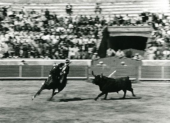 Alfred EhrhardtPortugiesischer Stierkampf zu Pferd, 195117,4 x 23,9 cmVintage, Silbergelatineabzug© Alfred Ehrhardt Stiftung