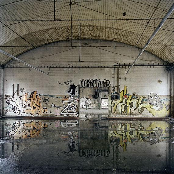 """Marc Theis """"Wasserräume mit Graffitis: NR 31"""" aus der Serie """"Lost in time"""" 2004 - 2005 © Marc Theis"""
