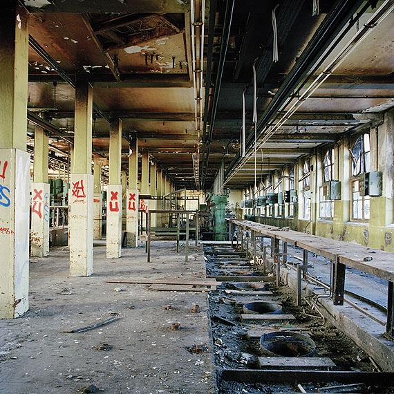 "Marc Theis ""Säulen im Fabrikraum: NR 30"" aus der Serie ""Lost in time"" 2004 - 2005 © Marc Theis"