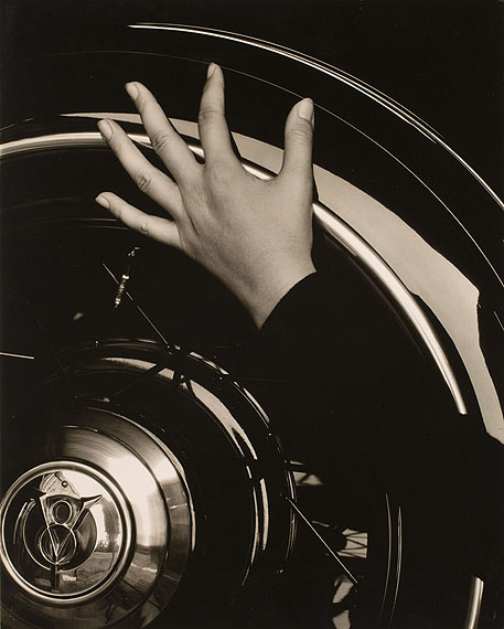 Alfred Stieglitz: Georgia O'Keeffe, Hand on Back Tire of Ford V8, 1933Silbergelatine-AbzugGeorge Eastman House, Rochester; part purchase and part gift from Georgia O'Keeffe© Georgia O'Keeffe Museum/VG Bild-Kunst, Bonn 2012