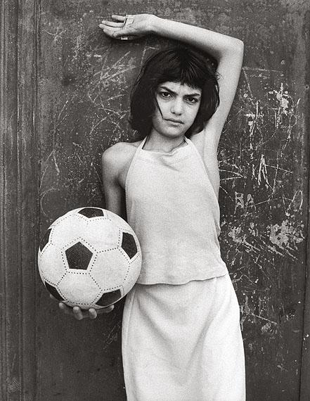 Los 3)Letizia Battaglia (Palermo/Sizilien *1935), MÄDCHEN MIT BALL, LA CALA, PALERMO. 1982.Silbergelatineabzug. 45,0 x 30,0 cm. 1.600 - 2.000 EUR