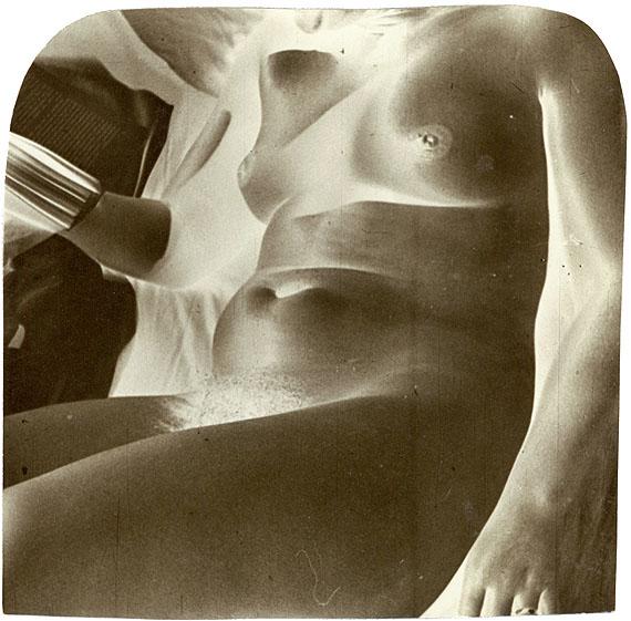 Frauenakt sitzend. Gelatin silver print. 1928-1934. 146 x 146 mm