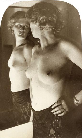 Frauenakt vor dem Spiegel. Gelatin silver print. 1928-1934. 199 x 118 mm