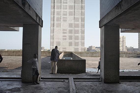 Guy Tillim (*1962)Apartment Building, Avenue Bagamoyo, Beira, Mozambique, 2008© Courtesy: Kuckei + Kuckei, Berlin und Stevenson, Kapstadt