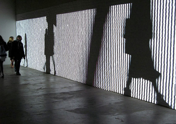 Christine Camenisch – läufer – Loop, Videoinstallation, (6-fach an Raum angepasst), schwarz/weiß, Ton, CH, 2010  – © Christine Camenisch