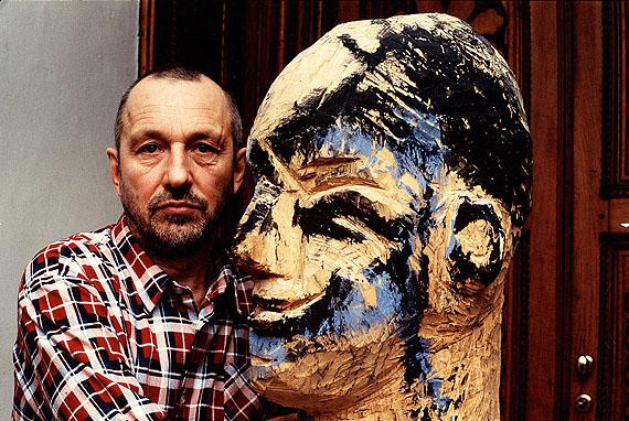 Guido Mangold: Georg Baselitz mit Skulptur von 1989 auf Schloss Derneburg, Niedersachsen, 1992