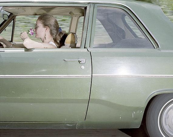 """Aus der Serie VECTOR PORTRAITS""""Frau, welche sich die Zeit vertreibt und nach Süden bei 101 km/h auf der Autobahn in der Nähe der Ausfahrt Hollywood Vine Street in Los Angeles am Samstag Nachmittag im Jahr 1991 fährt""""Digital C-Print, 38 x 89 cm. Auflage: 10© Andrew Bush"""