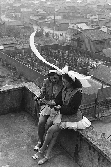 Takeyoshi Tanuma, Dancers resting on the rooftop of the SKD Theatre, Asakusa, Tokyo 1949