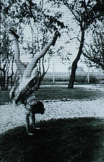 Rosângela RennóBananeira (Bananenbaum), 2006Aus der Serie: Frutos estranhos (Seltsame Früchte), 2006Bild- und Tonanimation auf tragbarem DVD-Player, Länge: 10'Courtesy Sammlung Sarmento, Estoril, PortugalFoto: Thiago Barros© Rosângela Rennó