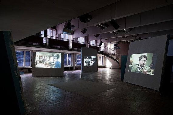Gerard Byrne,Untitled, 2012, Parallel projections of synchronized video material / Parallele Projektionen von synchronisiertem Videomaterial Intermittent playback / Periodisches Abspielen Duration variable / Dauer variabel Commissioned and produced by dOCUMENTA (13) / In Auftrag gegeben und produziert von der dOCUMENTA (13) with the support of / mit Unterstützung von Viglietta Matteo S.p.A, Fossano Courtesy the artist / der Künstler; Lisson Gallery, London; Green on Red Gallery, Dublin; Galerie Nordenhake, Berlin/Stockholm Foto: Nils Klinger