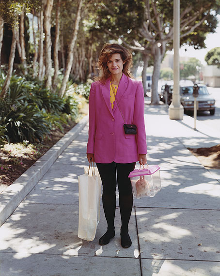Joel SternfeldA Woman Out Shopping with Her Pet Rabbit, Santa Monica, California, August 1988aus der Serie: Stranger PassingC-print© Courtesy of the artist and Luhring Augustine, New York, 2012
