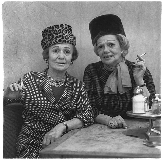 Zwei Damen im Automatenrestaurant, N.Y.C., 1966 © The Estate of Diane Arbus