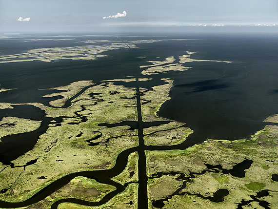 Oil Spill #15 . Submerged Pipeline . Gulf of Mexico . June 24 2010© Edward Burtynsky . Courtesy Nicholas Metivier, Toronto . Stefan Röpke, Köln
