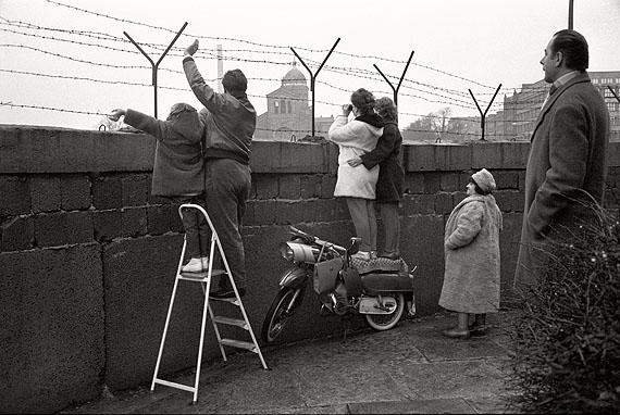 An der Mauer, West-Berlin 1963 © Max Scheler Estate Hamburg