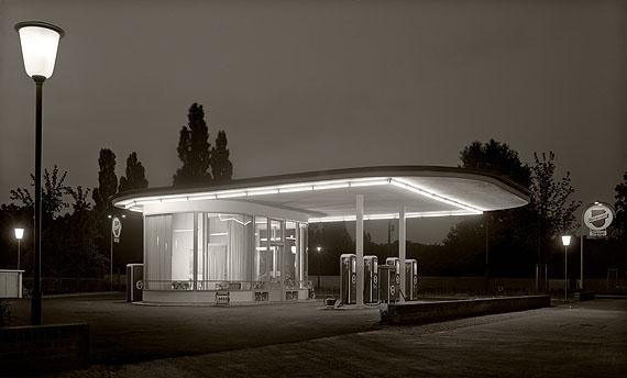 Karl Hugo Schmölz, Rheinpreussen, Tankstelle Ecke Oskar Jägerstrasse bei Nacht. 1952. © Archiv Wim Cox