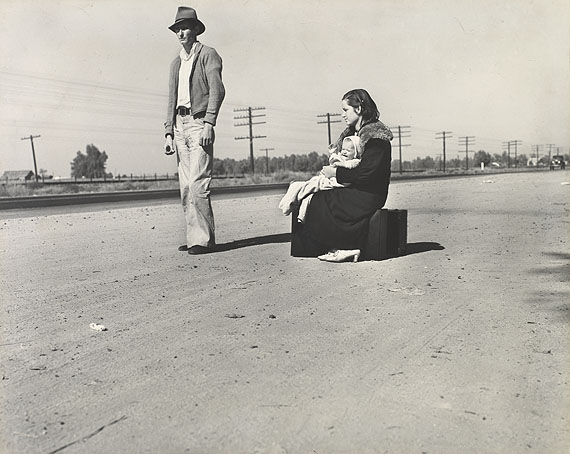 Dorothea Lange: Young family, penniless, hitch-hiking on U.S., California 1936 ©The Dorothea Lange Collection, Oakland Museum of California