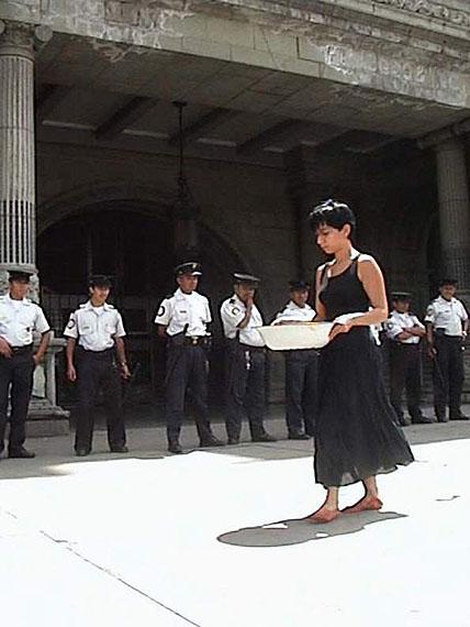 Regina José Galindo: Quien puede borrar las huellas, video