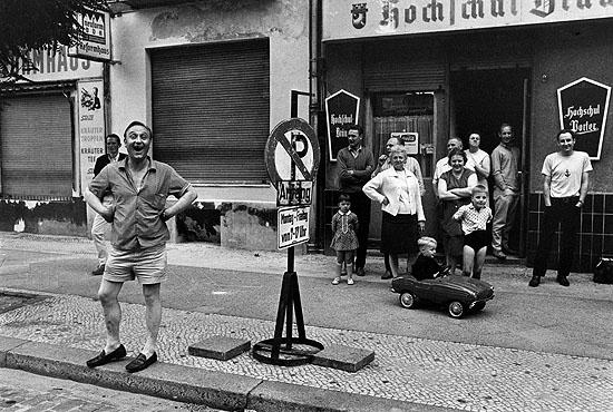 © Michael Ruetz, Zaungäste einer Demonstration an der Sprengelstrasse im Wedding, 23. Juni 1967