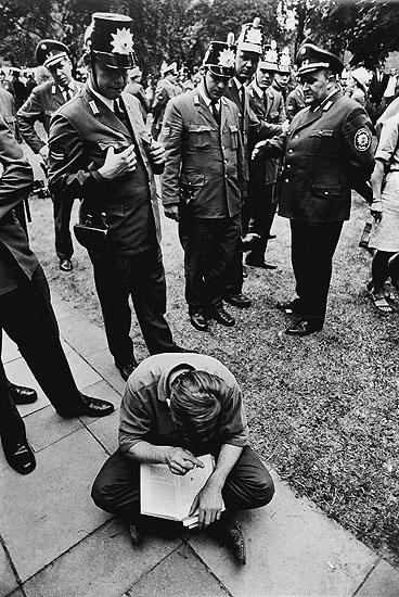 © Michael Ruetz, Berlin, während der Besetzung des Rektorats der FU in Dahlem, 27. Juni 1968