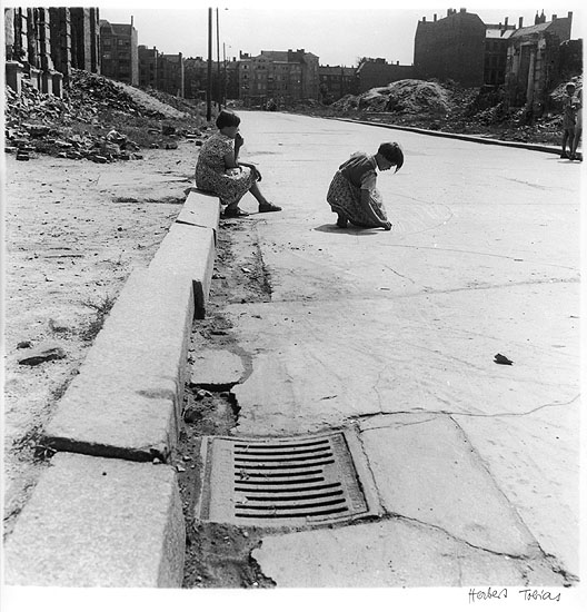 © HERBERT TOBIAS 'Ein Spiel namens Himmel und Hölle' Berlin 1954