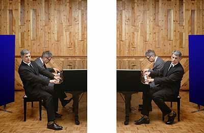 Fantasia for Four Hands, 2002, Zwei C-Prints, gerahmt, Courtesy Galerie Johnen & Schöttle, Köln und Galerie Rüdiger Schöttle, München