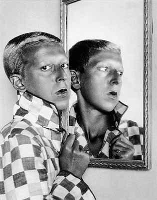 © Claude Cahun . Autoportrait avec miroir, 1928